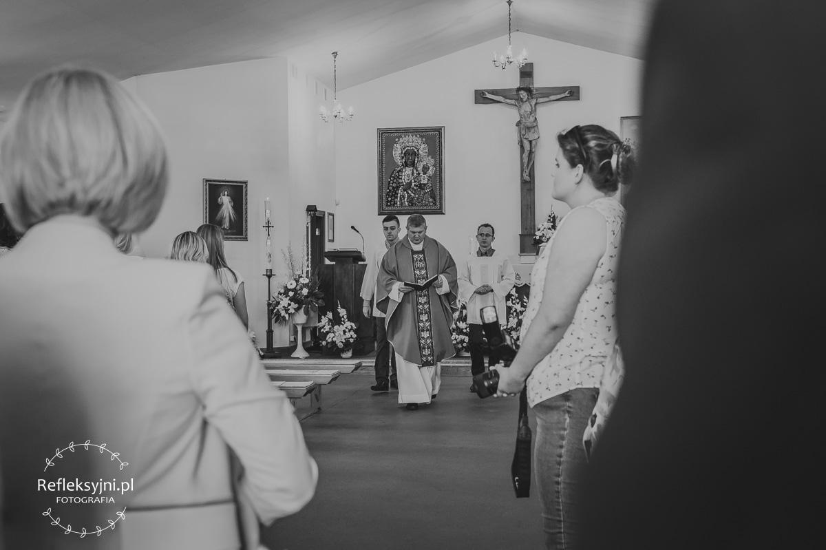 Idący ksiądz w Ostrowi Mazowieckiej