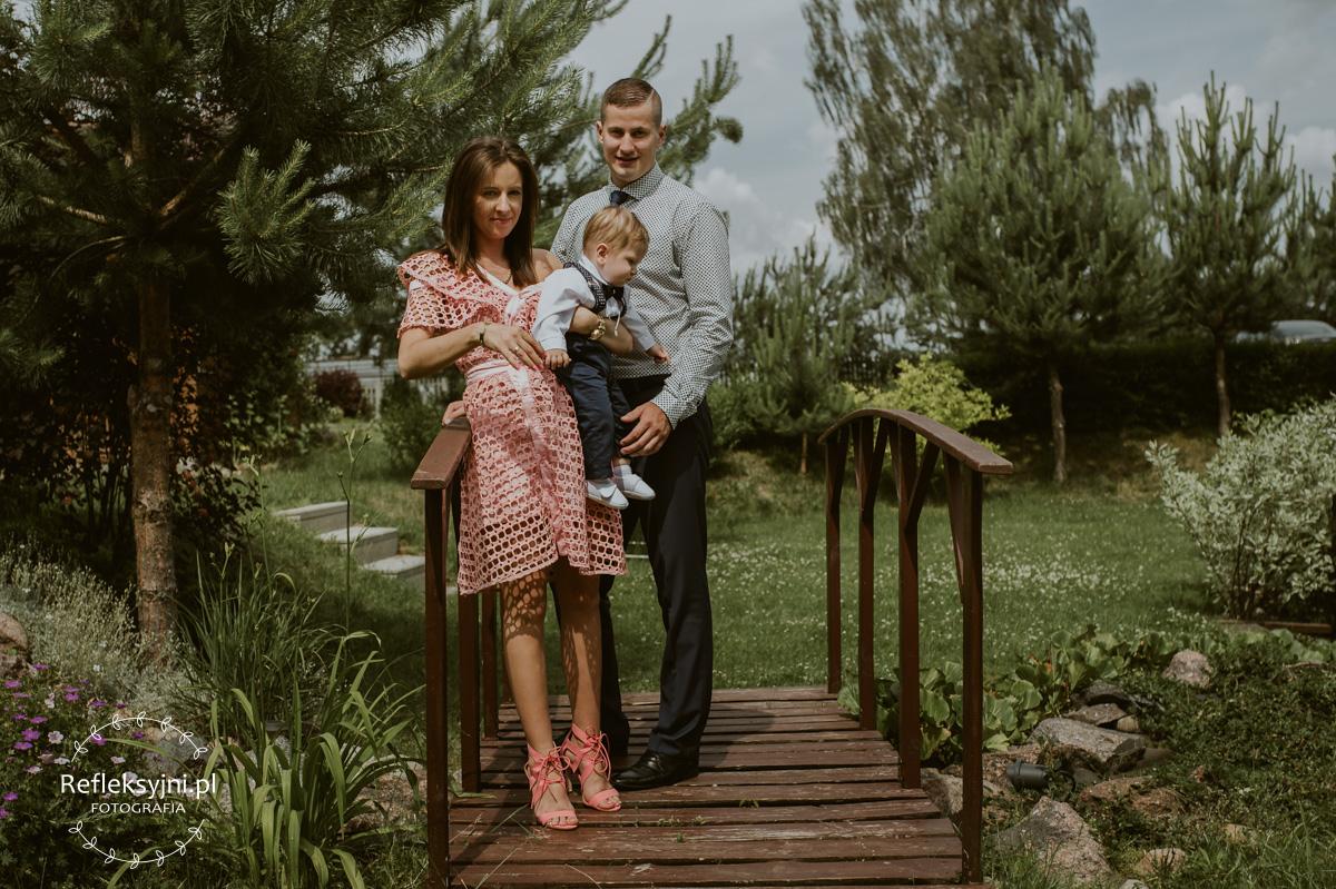 Rodzice z synem w ogrodzie