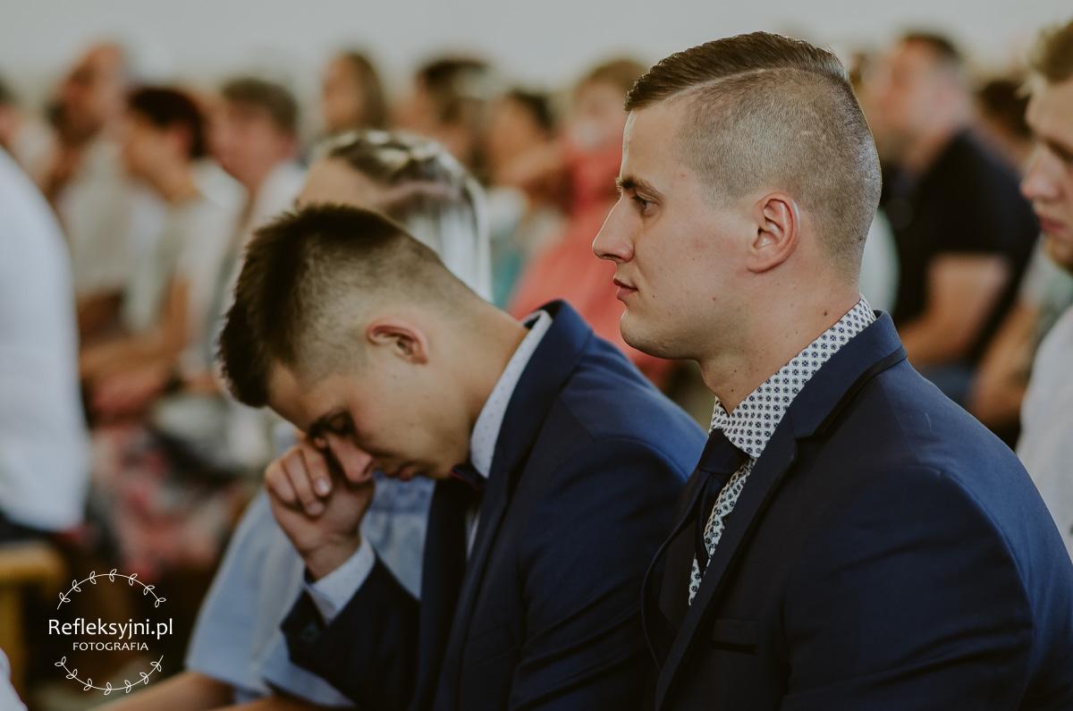Dwóch mężczyzn w Kościele