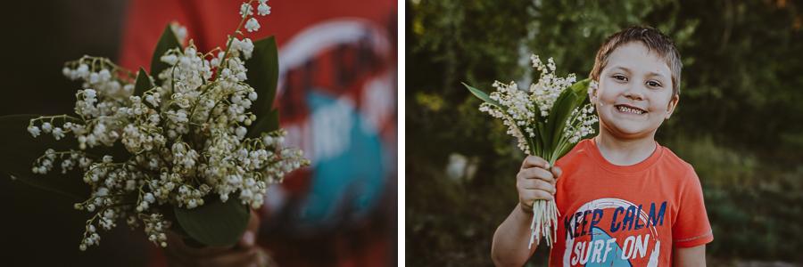 Chłopiec z bukietem kwiatów