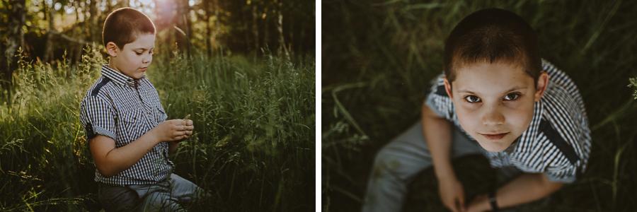 Chłopiec siedzący na leśnej polanie