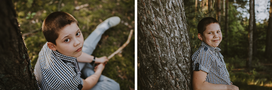 Chłopiec stojący przy drzewie