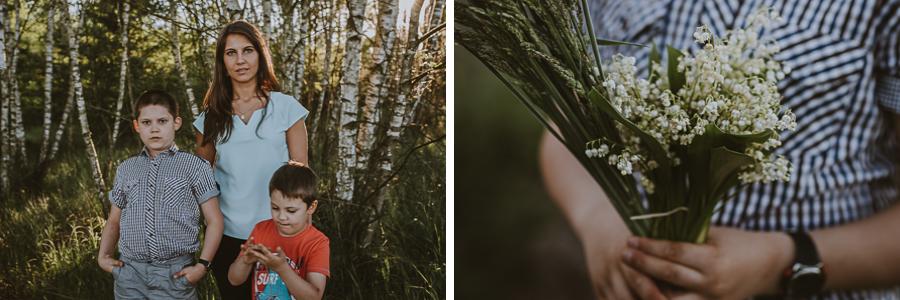 Dwóch chłopców w lesie z mamą
