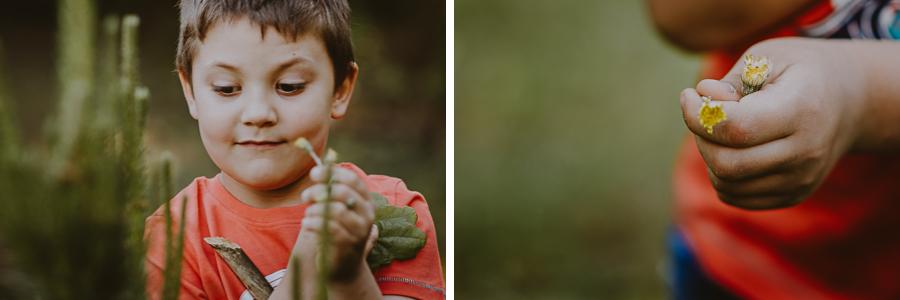 Chłopiec bawiący się na polanie