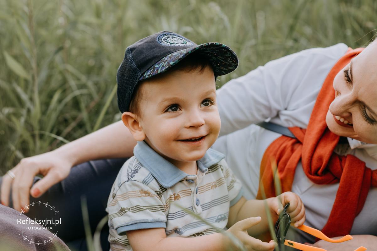 Chłopiec z mamą w wysokiej trawie