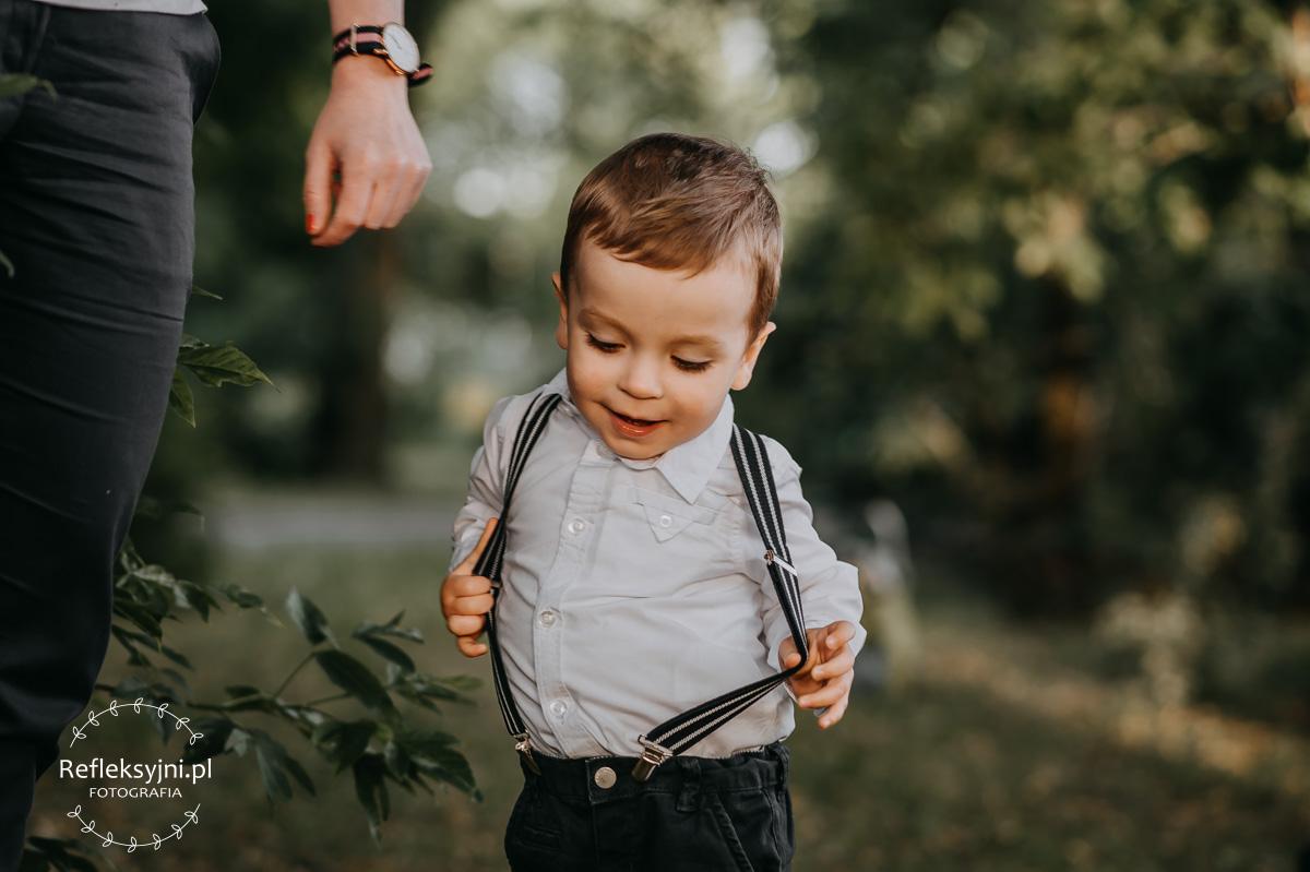 Chłopiec w szelkach w parku