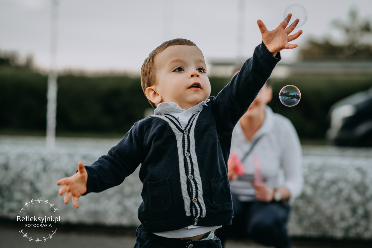 Dziecko z bańkami mydlanymi