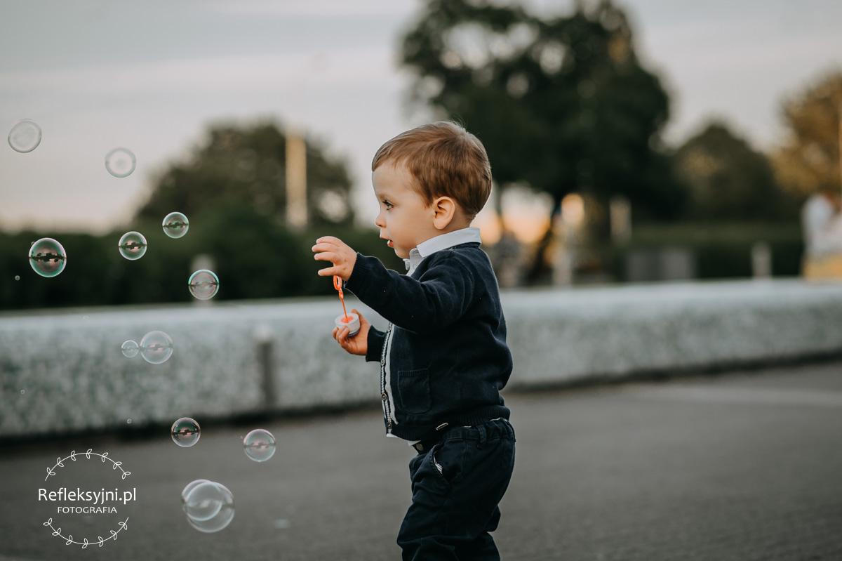 Chłopiec bawi się bańkami mydlanymi