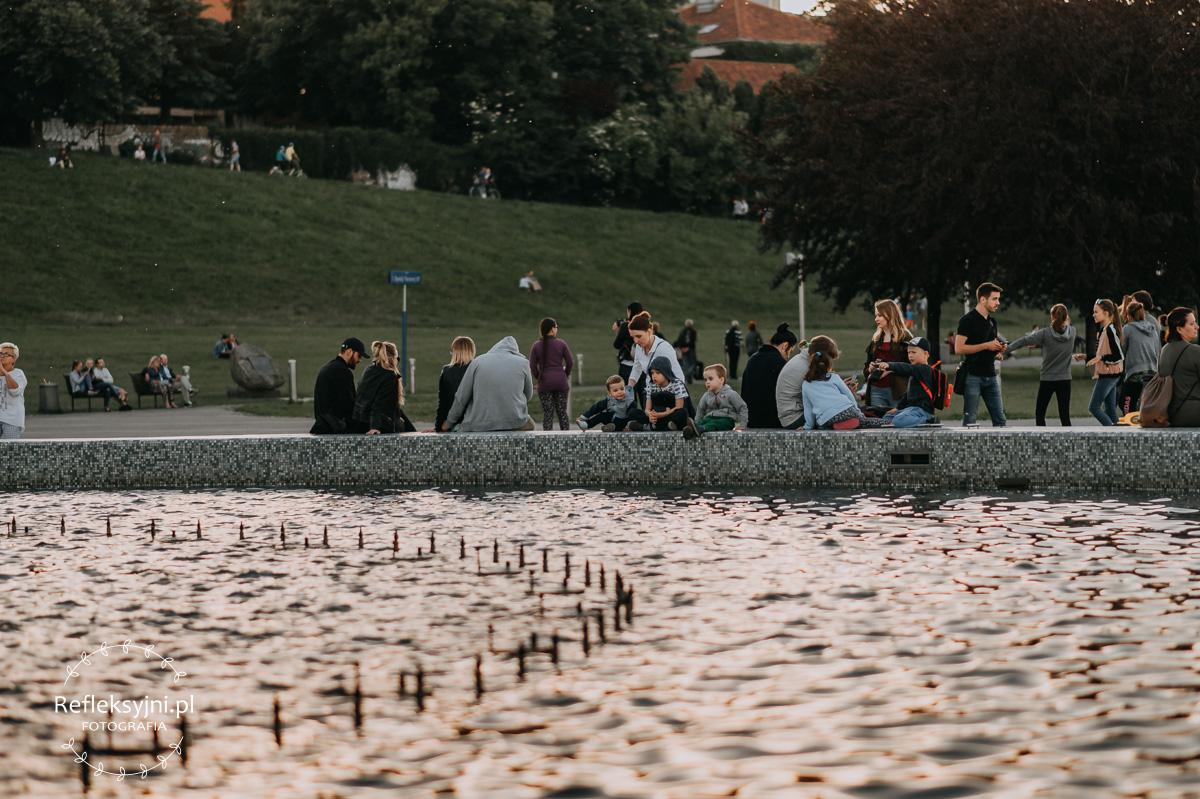 Rodzina przy warszawskiej fontannie