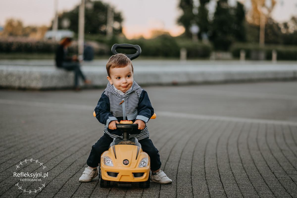 Dziecko jadące samochodem zabawką