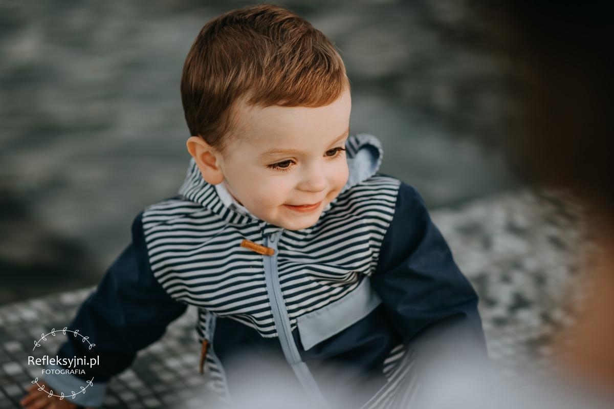 Chłopiec przy fontannie