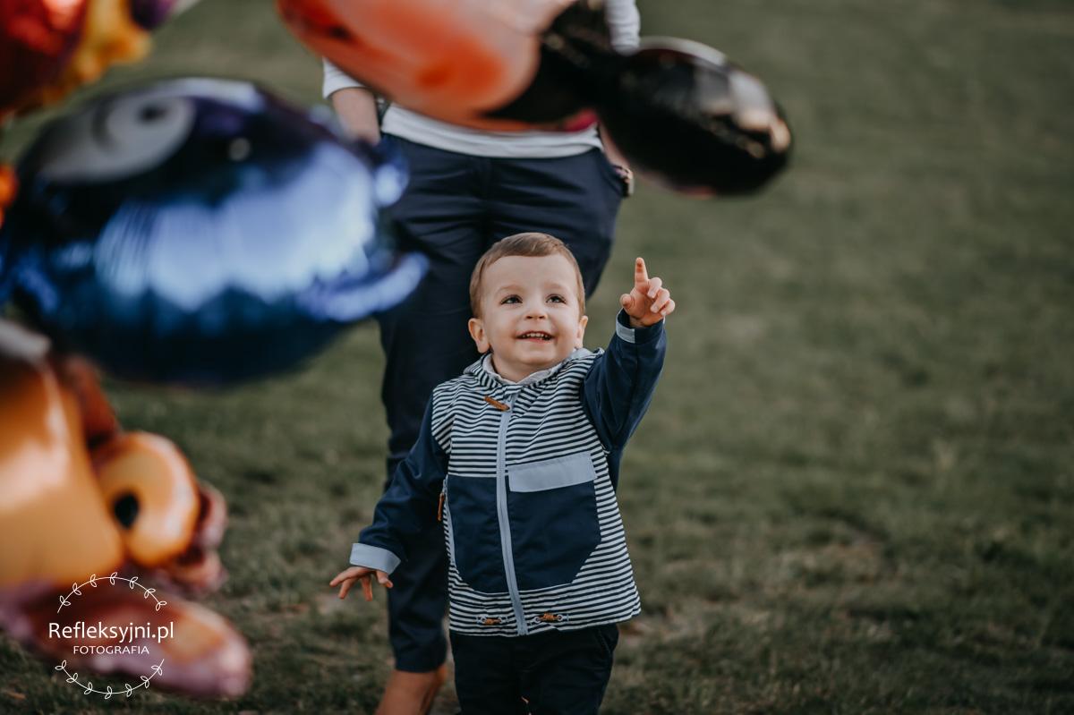 Chłopiec wskazujący na balon z helem