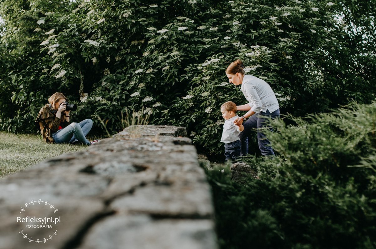 Mamą z synem pozująca Pani fotograf