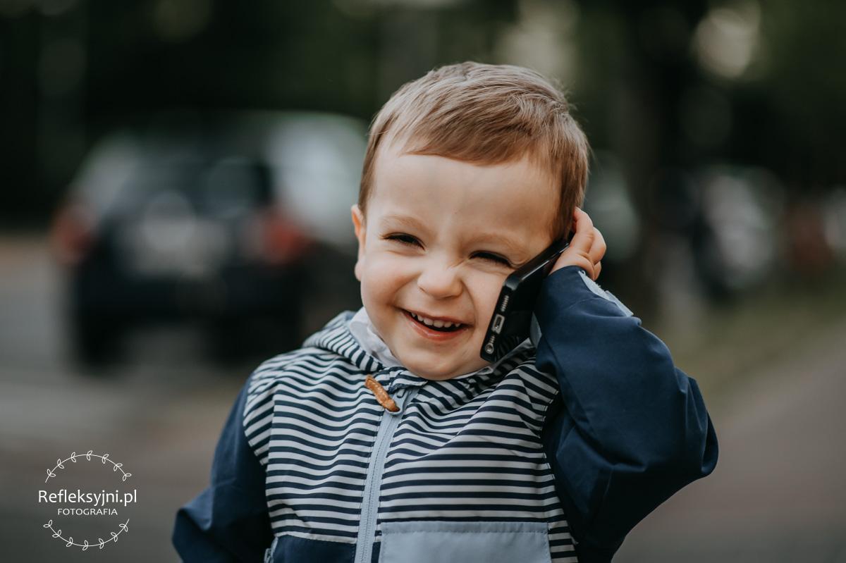 Chłopiec rozmawiający przez telefon