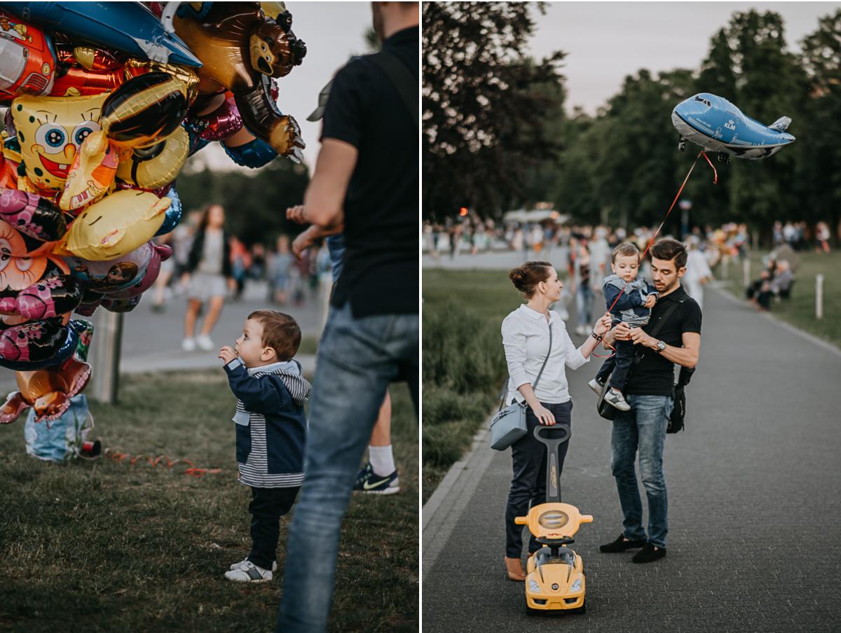 Rodzice z dzieckiem przy fontannach warszawskich