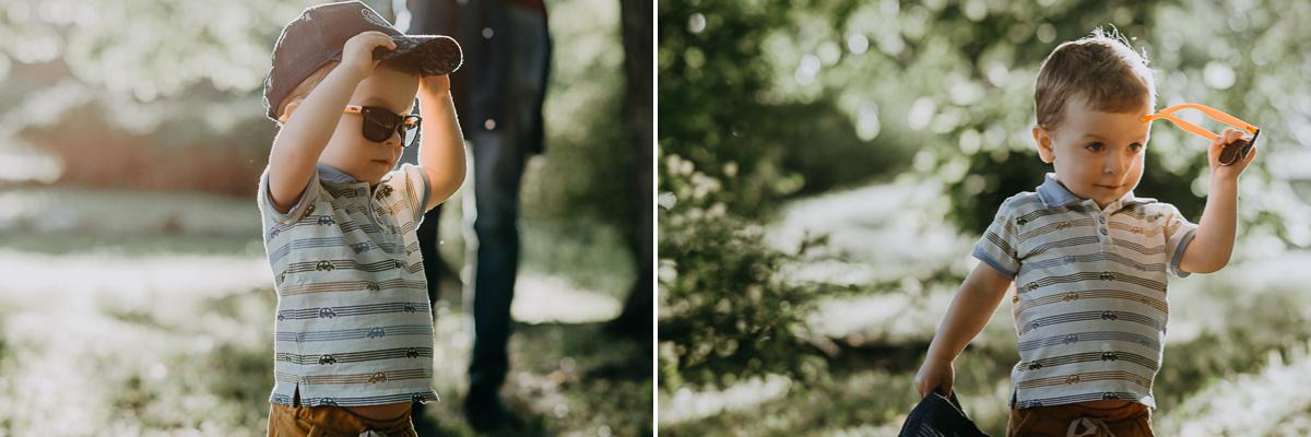 Chłopiec w okularach i czapce