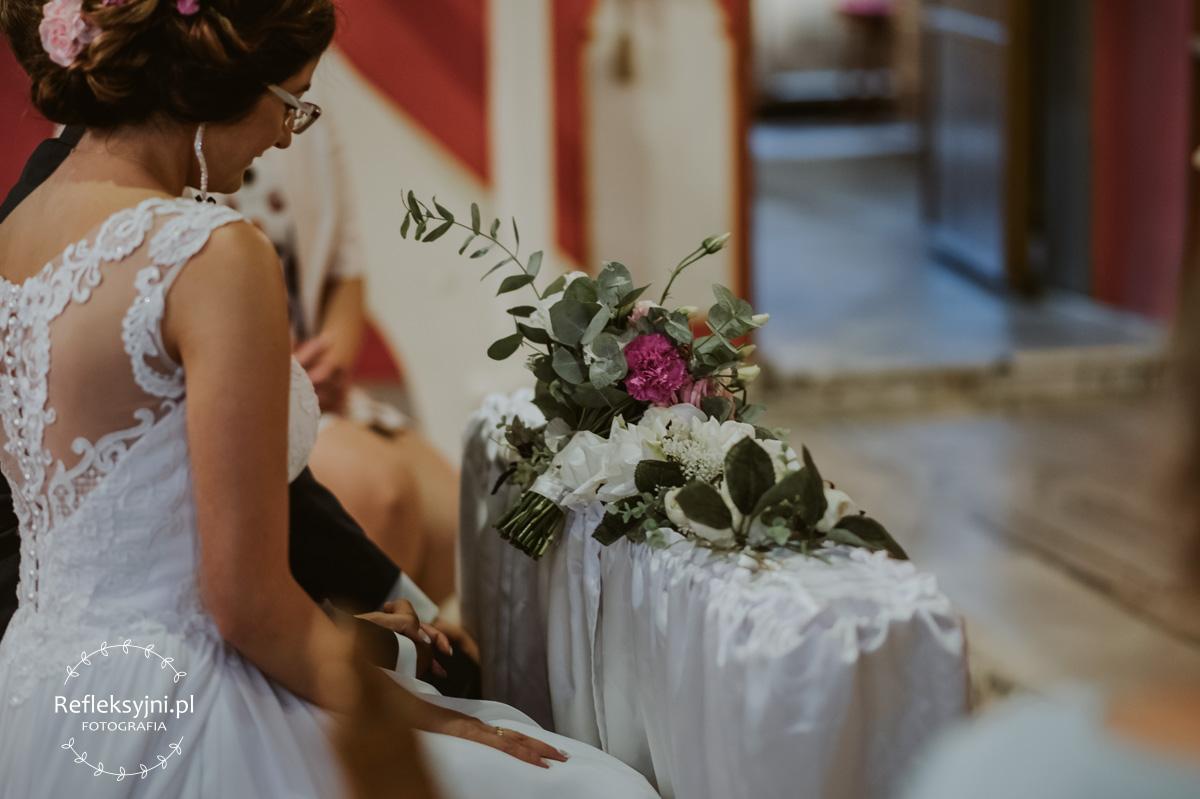 Bukiet ślubny leżący w Kościele