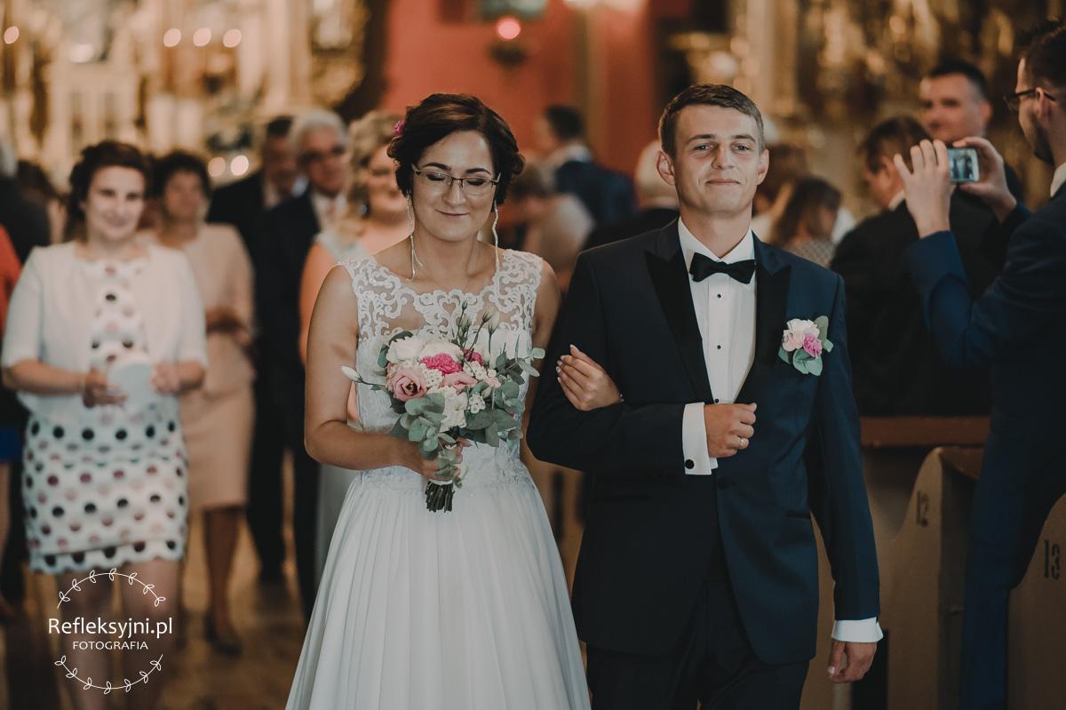 Para Młoda wychodząca z Kościoła