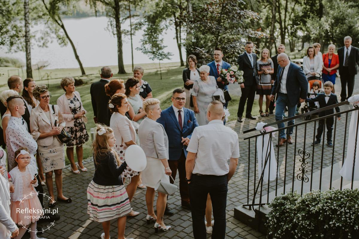 Goście weselni czekający przed salą