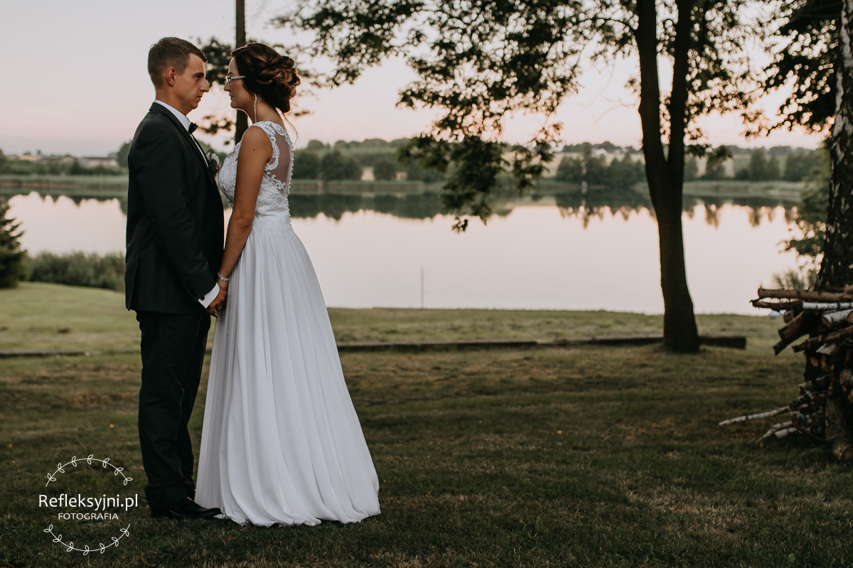 Para Młoda na plenerze podczas ślubu nad jeziorem