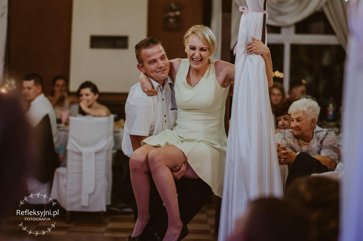 Kobieta i mężczyzna na zabawie weselnej