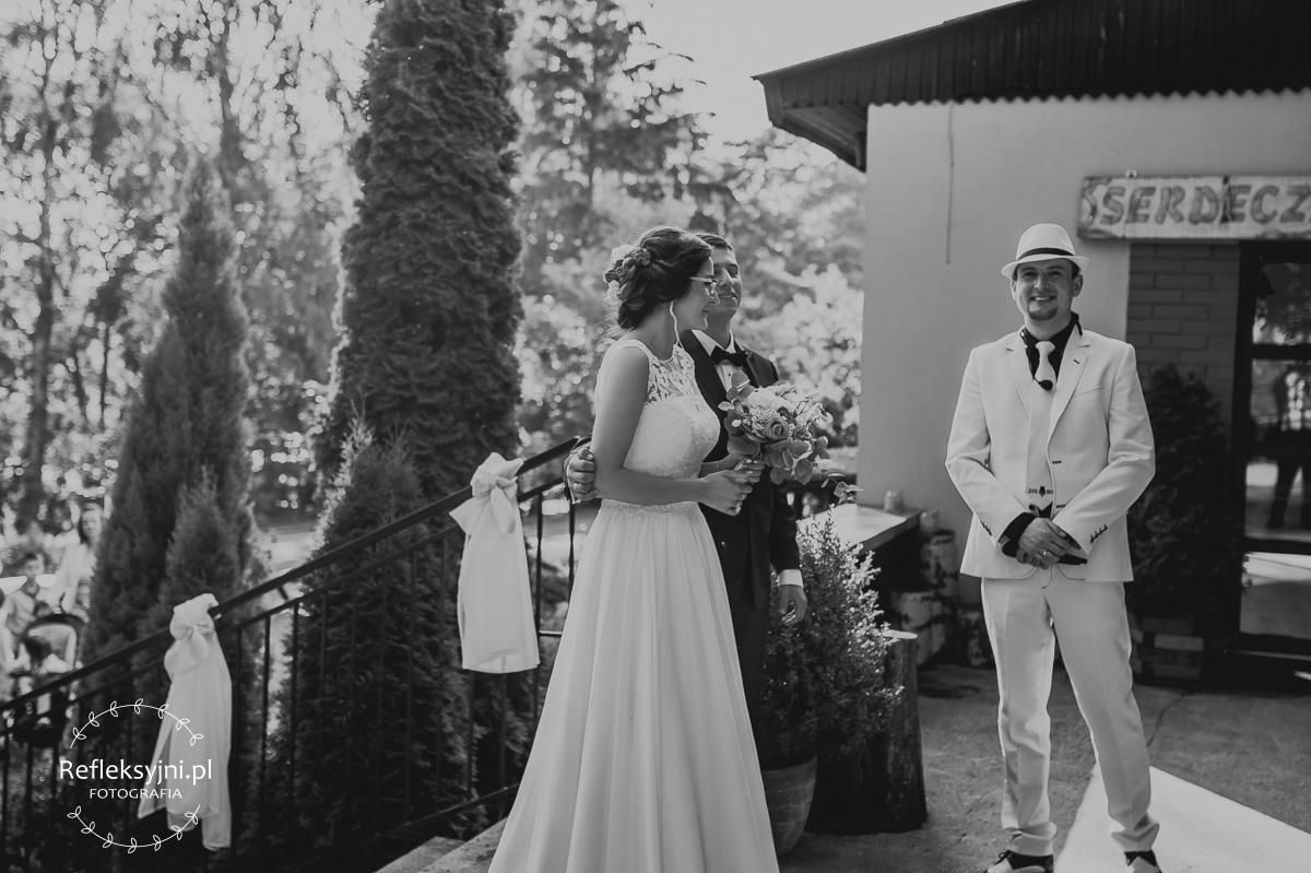 Para Młoda witana przez zespół weselny