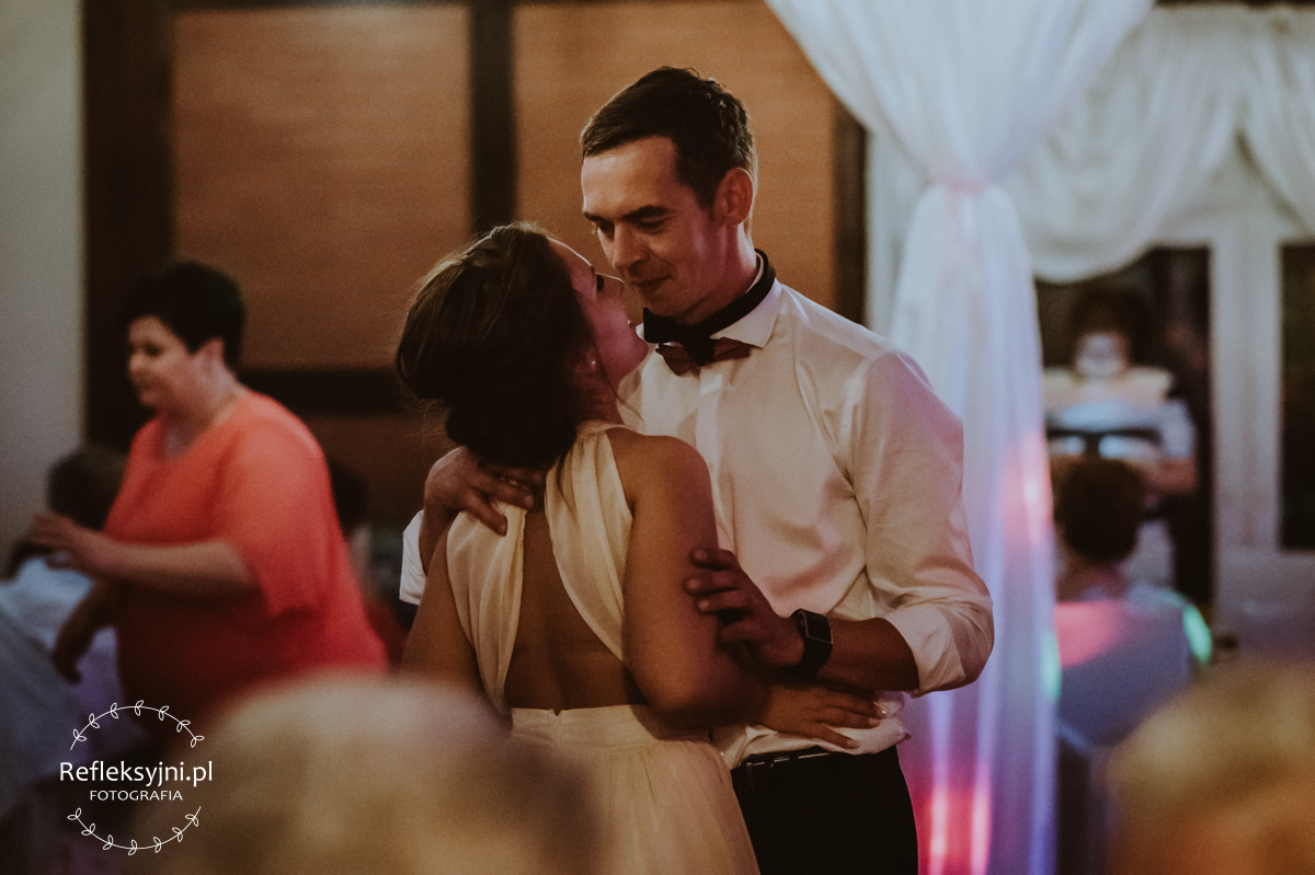 Goście na weselu tańczą