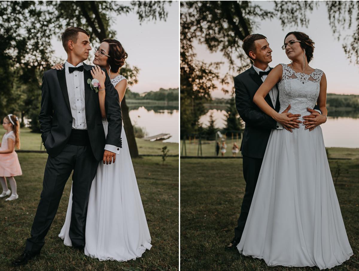 Plenerowa sesja ślubna nad jeziorem w dniu ślubu