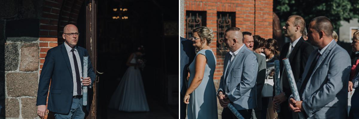 Goście trzymający konfetti ślubne