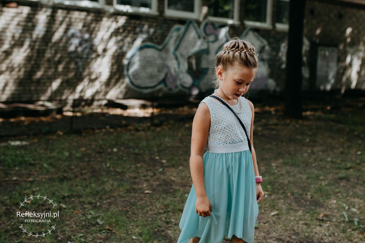 Dziewczynka w spódnicy