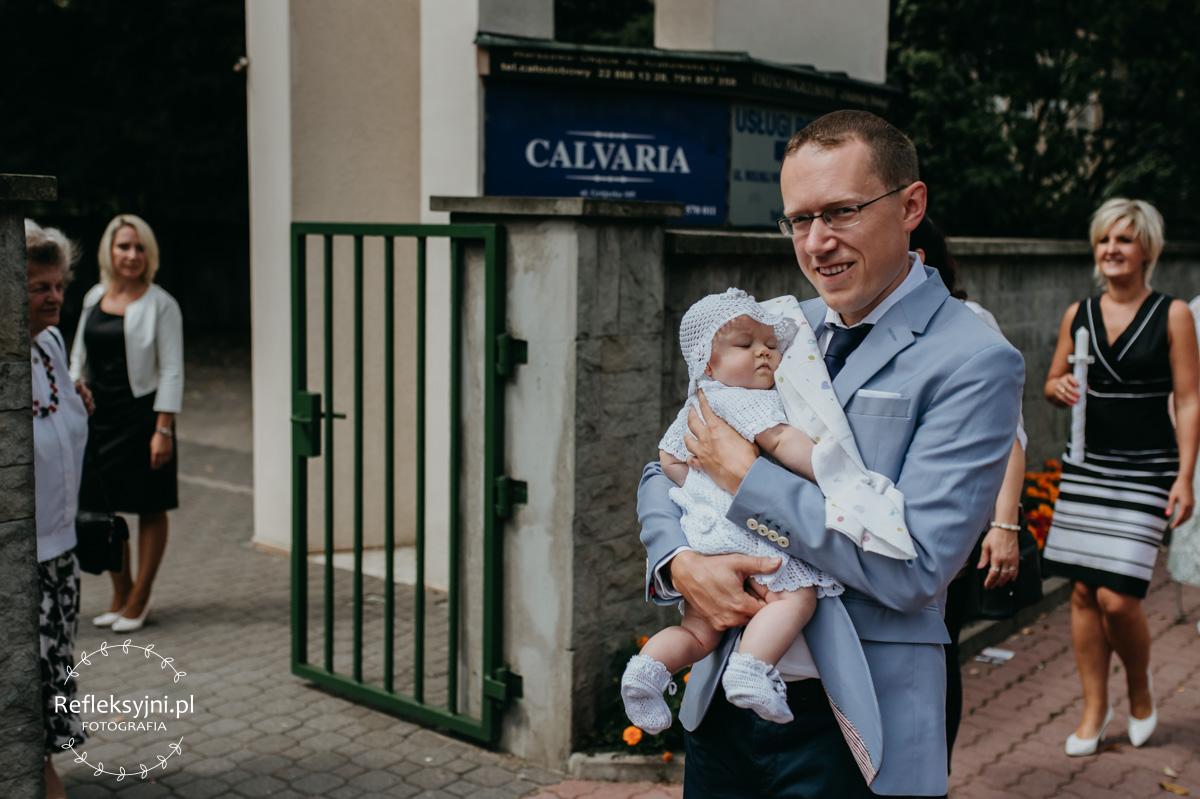 Tata wraz z córką przed Kościołem