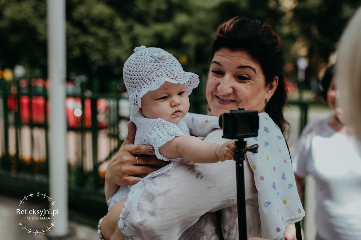 Dziecko bawiace się kamerą