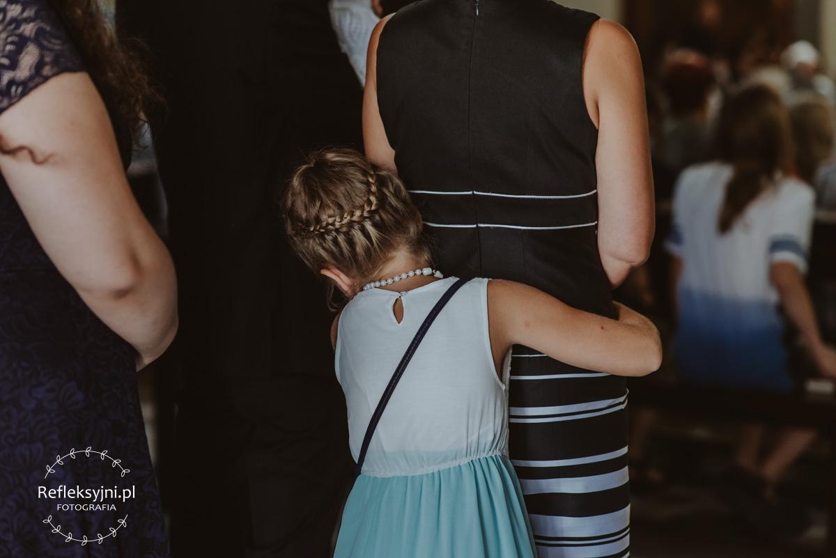 Dziewczynka przytulona do mamy