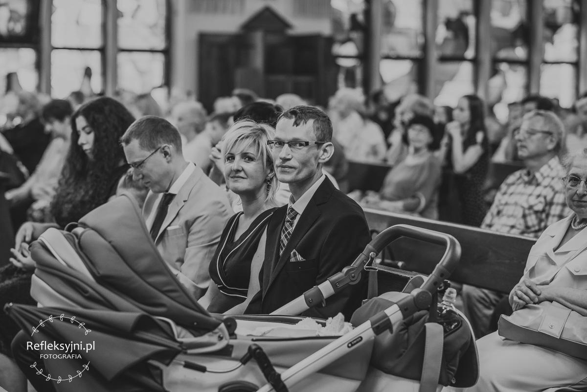 Rodzice siedzący w Kościele