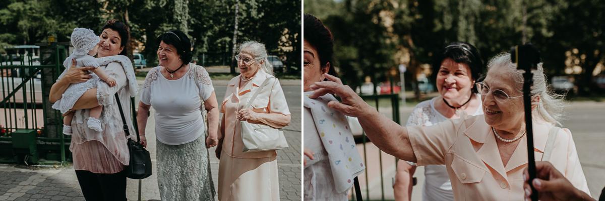 Babcia bawi się z dzieckiem