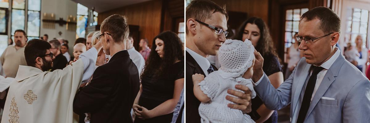 Ksiądz i chrzestny błogosławią dziecku