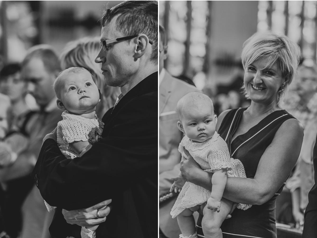 Rodzice trzymają dziecko na rękach