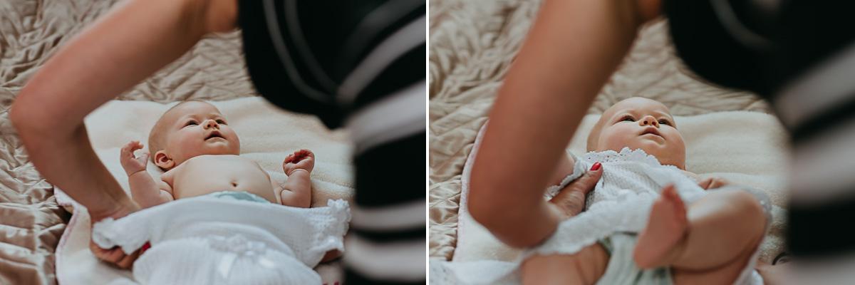 Mama przygotowuje dziecko do Chrztu