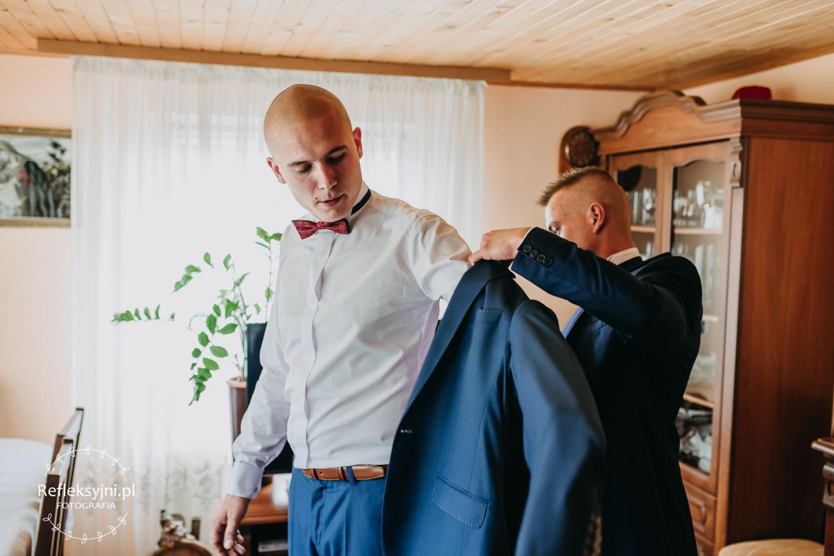 Pan Młody zakłada marynarkę ślubną