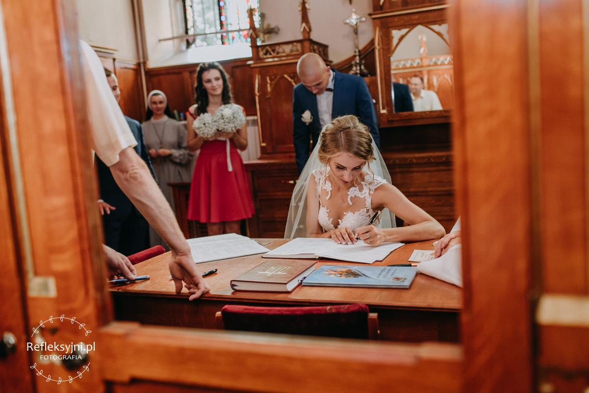 Pani Młoda podpisuje akt ślubu
