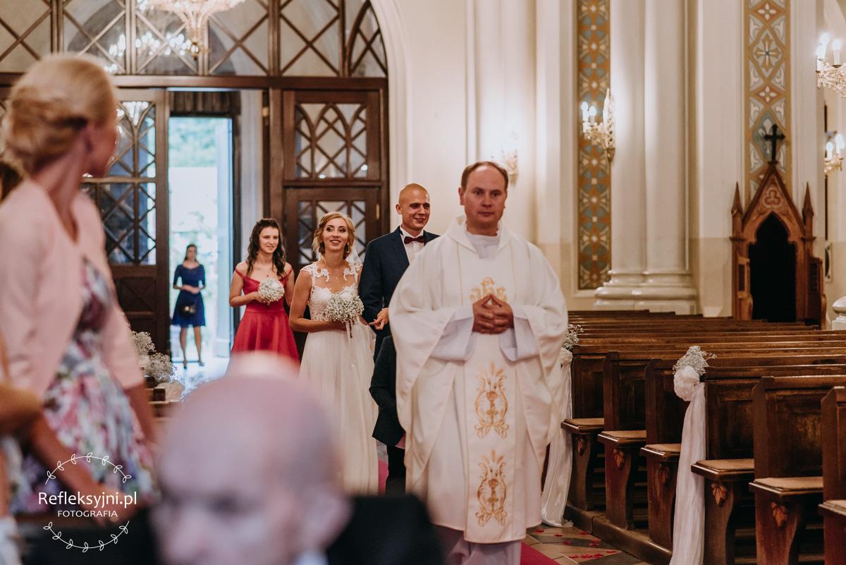 Państwo Młodzi wchodzą do Kościoła