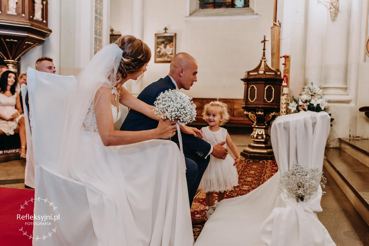 Pan Młody przytula córkę w Kościele
