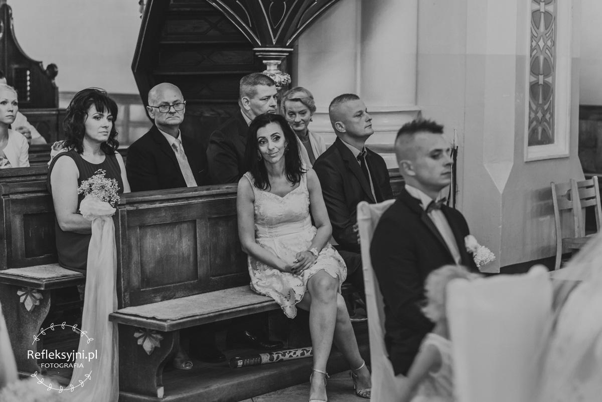 Siedzący rodzice w Kościele