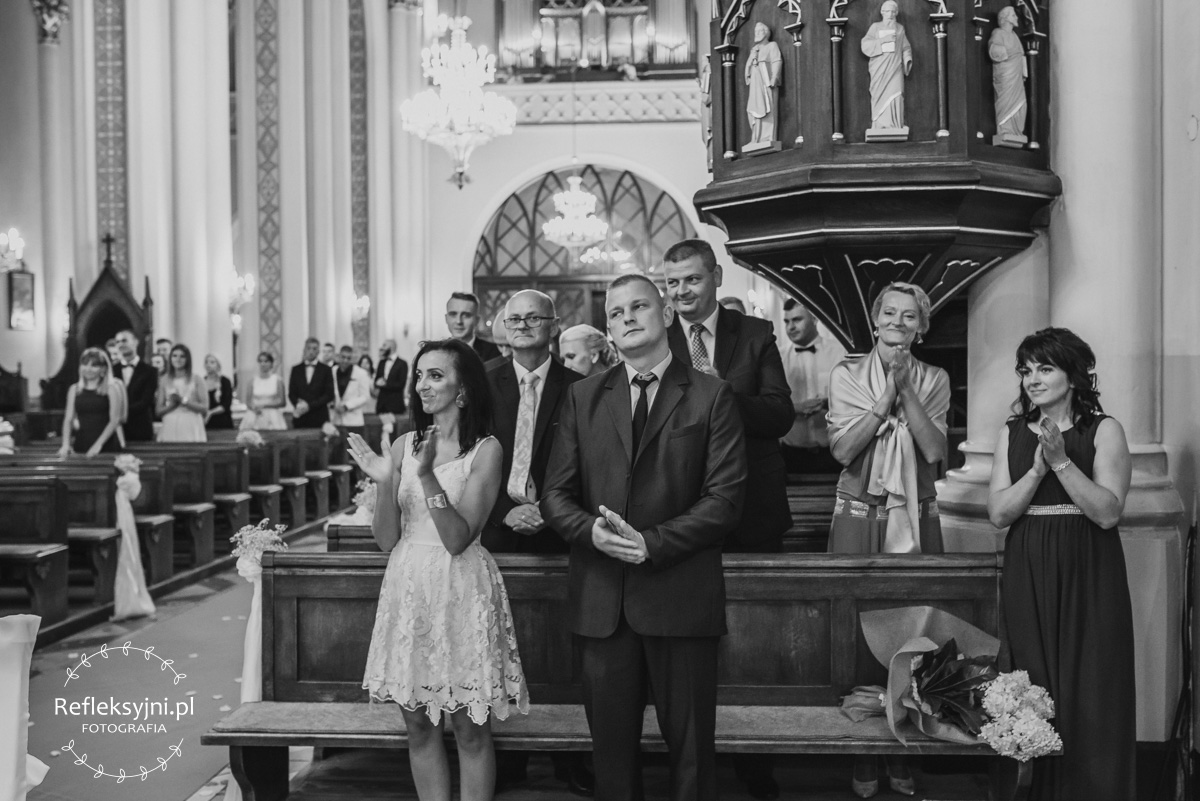 Goście klaszczą w Kościele