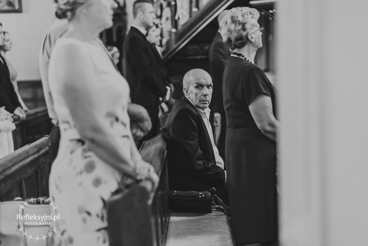 Siedzący w Kościele dziadek