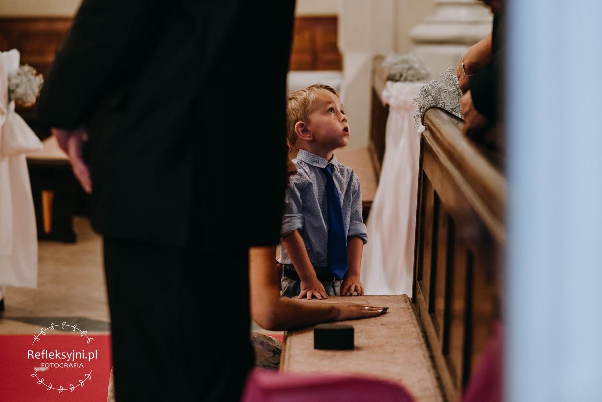 Chłopiec stojący w Kościele