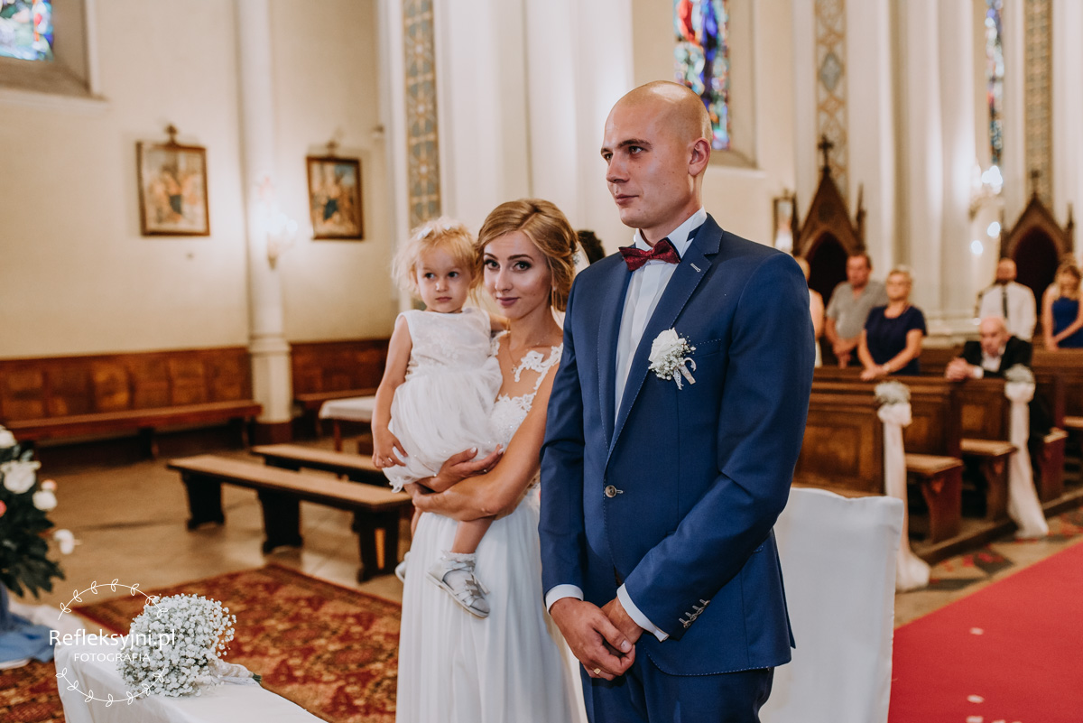 Państwo Młodzi i córka w Kościele