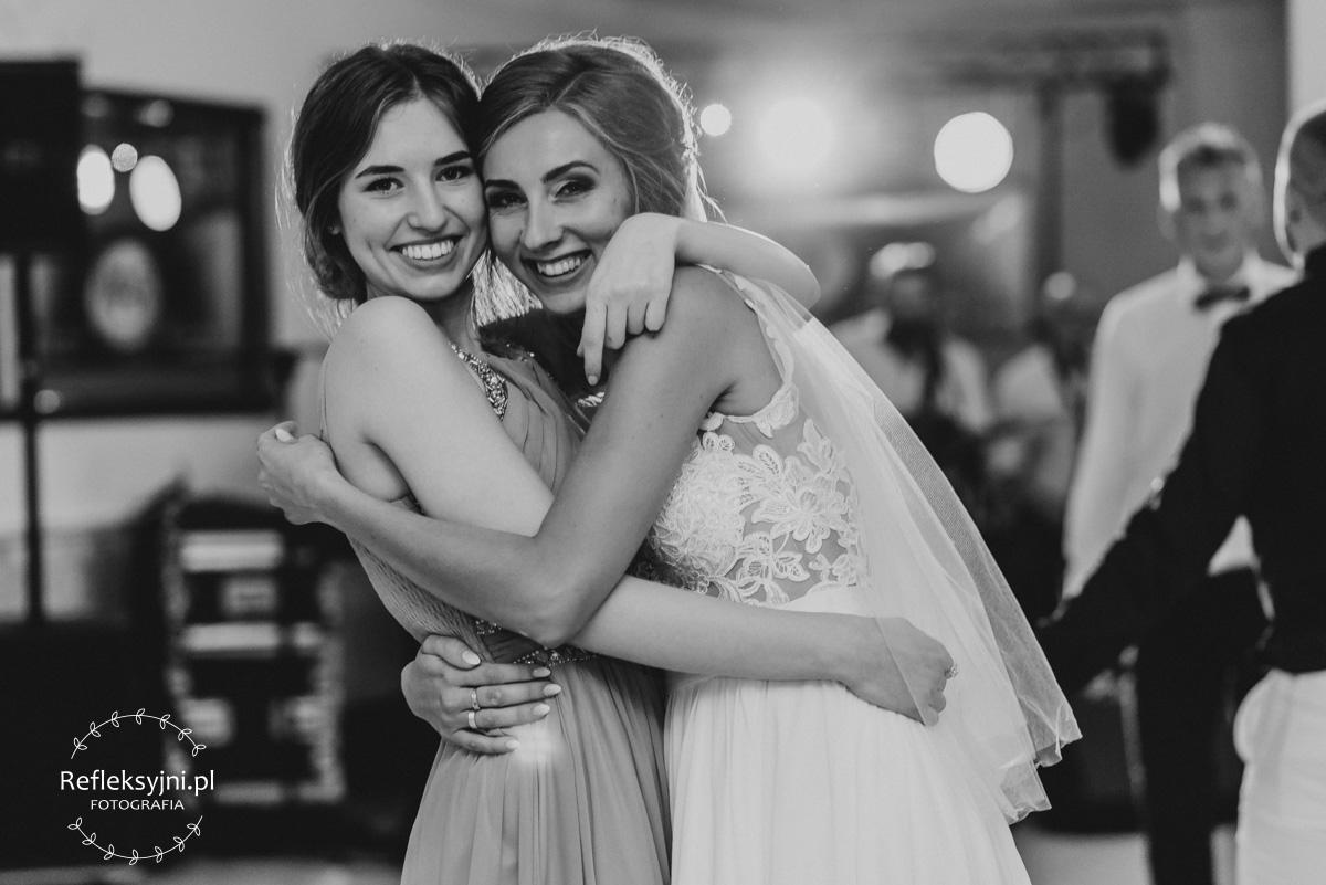 Dwie przytulone kobiety