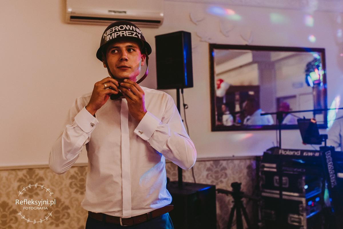 Pan Młody w kasku kierownik imprezy