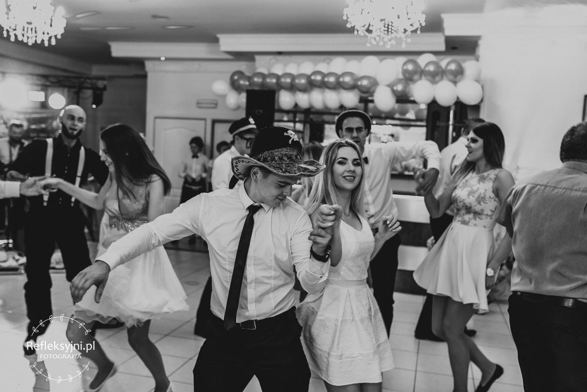 Tańczący mężczyzna i kobieta